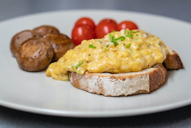 how to cook scrambled eggs in microwave
